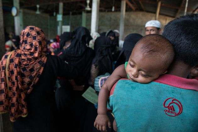 방글라데시 쿠투팔롱 국경없는의사회 병동에서 아기를 안고 있는