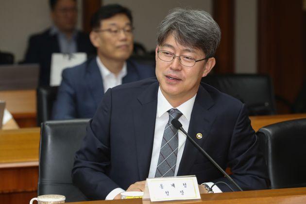 강신욱 신임 통계청장이 27일 서울 영등포구 수출입은행에서 열린 경제관계장관회의에서 참석자들과 대화를 나누고