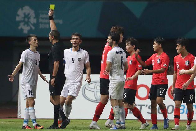 아시안게임 U-23 남자축구 8강전 대한민국과 우즈베키스탄의 경기에서 우즈베키스탄 알리바에프가 경고누적으로 퇴장 당하고