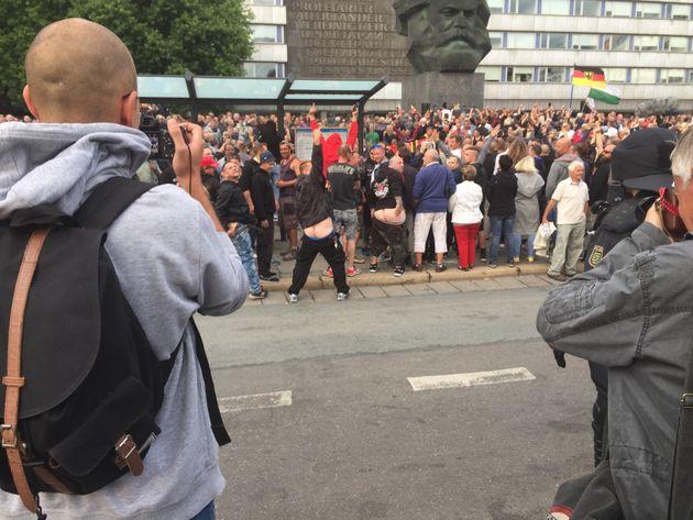 Chemnitz: Flaschen fliegen auf Nazi-Gegner, Polizei fährt Wasserwerfer