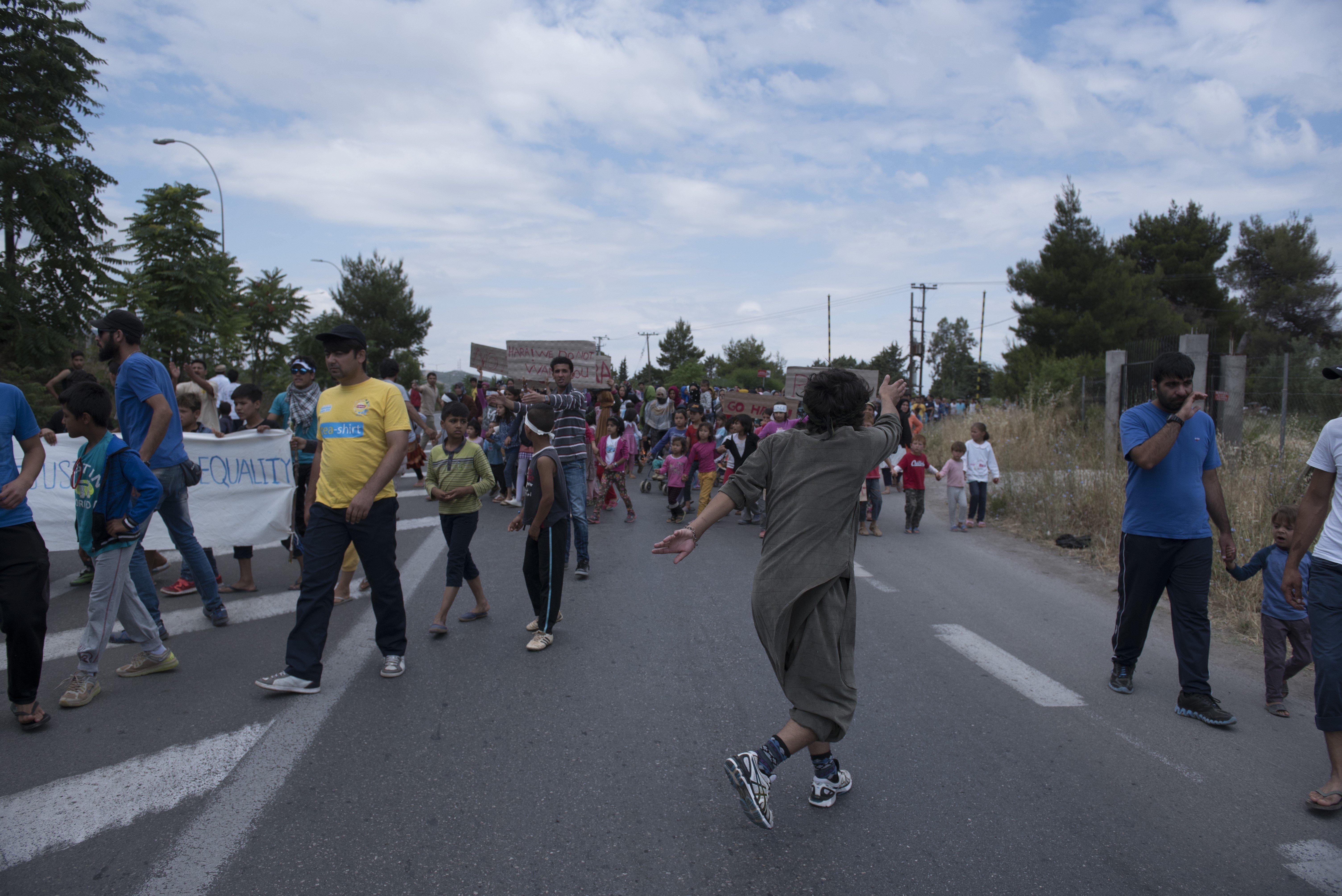 Οι άθλιες συνθήκες διαβίωσης στο hot spot Μαλακάσας έβγαλε τους μετανάστες στο δρόμο. Προσωρινή διακοπή κυκλοφορίας στην