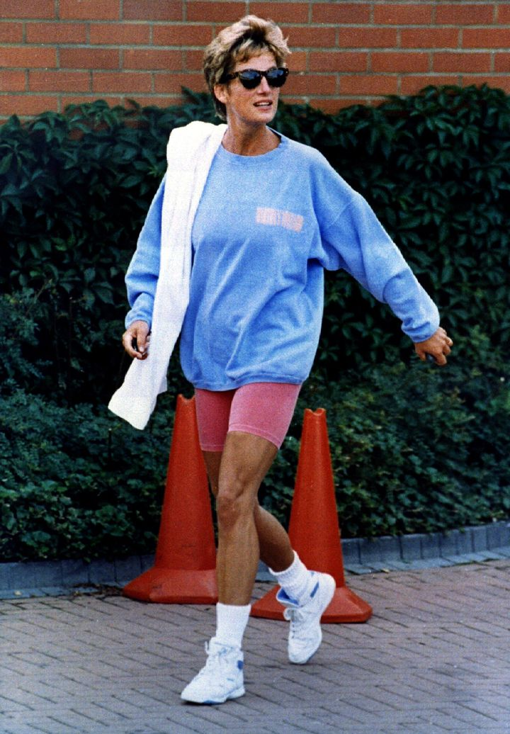 Diana wearing a large blue sweatshirt with pink spandex while leaving her London gym.