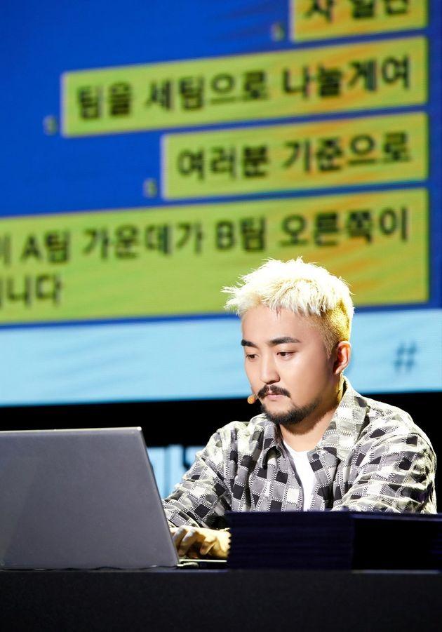 25일 서울 건국대에서 열린 '세상에서 가장 고독한 팬미팅'에서 유병재가 팬들과 카톡으로 대화를 나누고