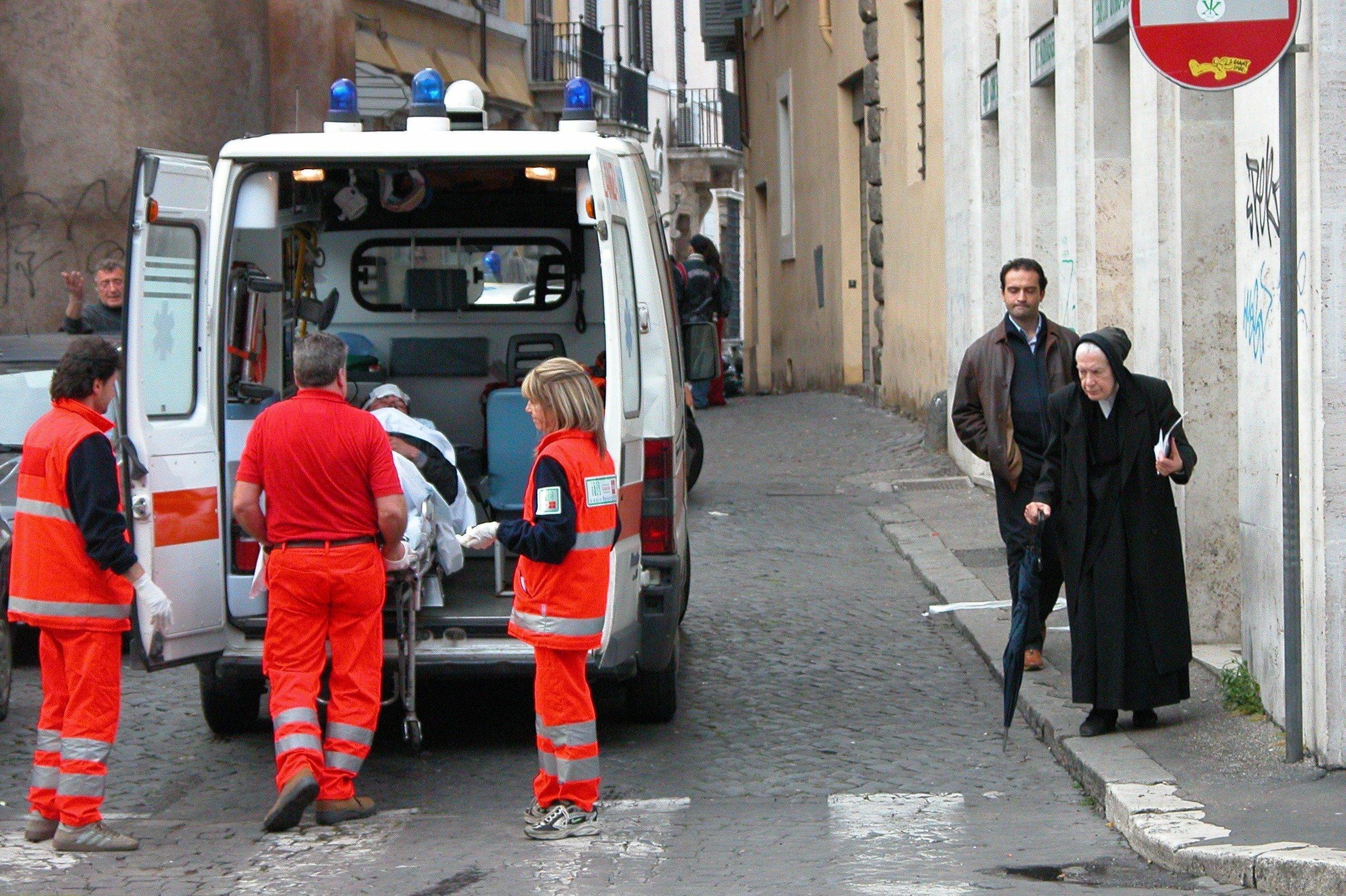 Rettungswagen blockiert eine Einfahrt - dann finden die Sanitäter diesen Zettel an der Windschutzscheibe