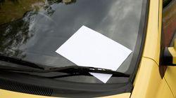 Mann rammt parkendes Auto und hinterlässt einen Zettel – damit macht er sich strafbar