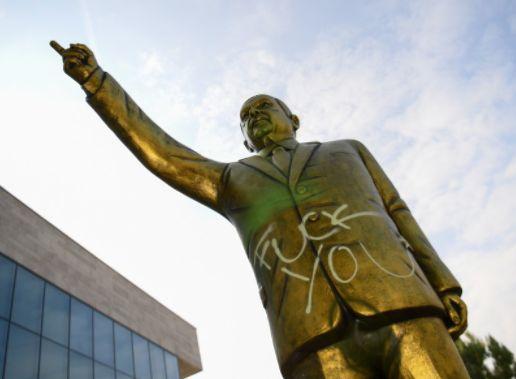 Mitten in Wiesbaden steht eine goldene Erdogan-Statue - weil die Stadt einen Fehler