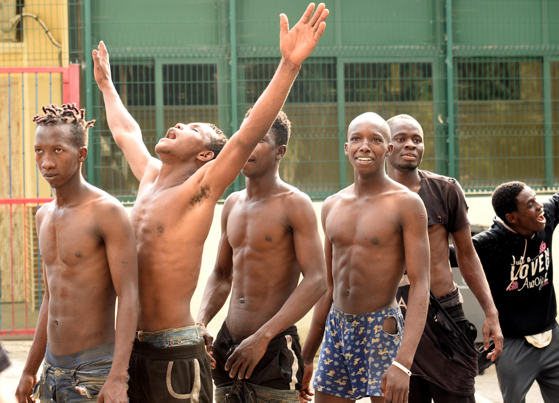Espagne: Arrestation de 10 des 600 migrants ayant franchi