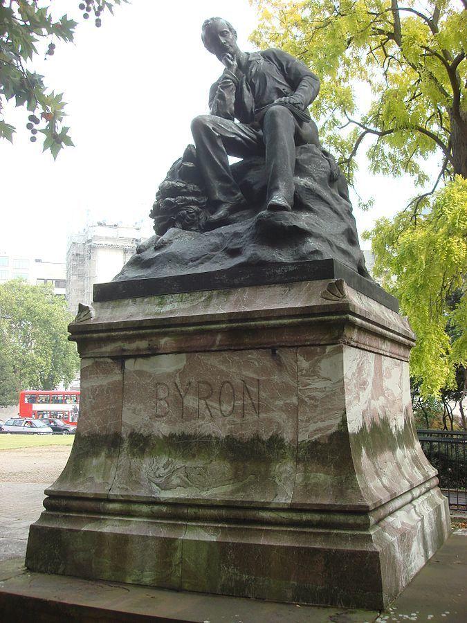 Εικ.5. Το άγαλμα του Λόρδου Βύρωνα στο Park Lane του Λονδίνου. Η βάση του από rosso antico