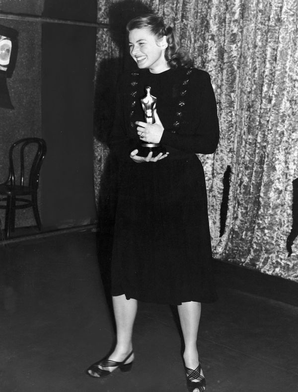 """Bergman holding her Oscar for Best Actress for her role in the film """"Gaslight,"""" at the Academy Awards in California."""