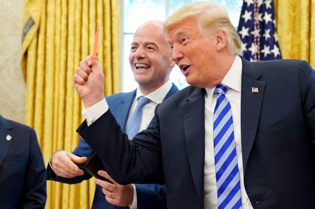 Trump a évidemment trouvé à qui donner le carton rouge offert par le patron de la Fifa, Gianni