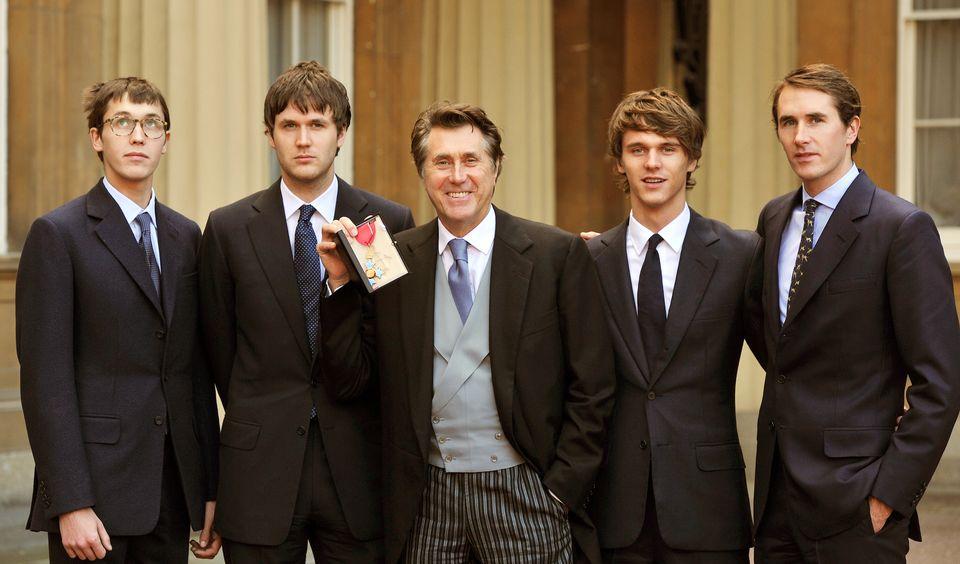 Ο Bryan Ferry μαζί με τους τέσσερις...