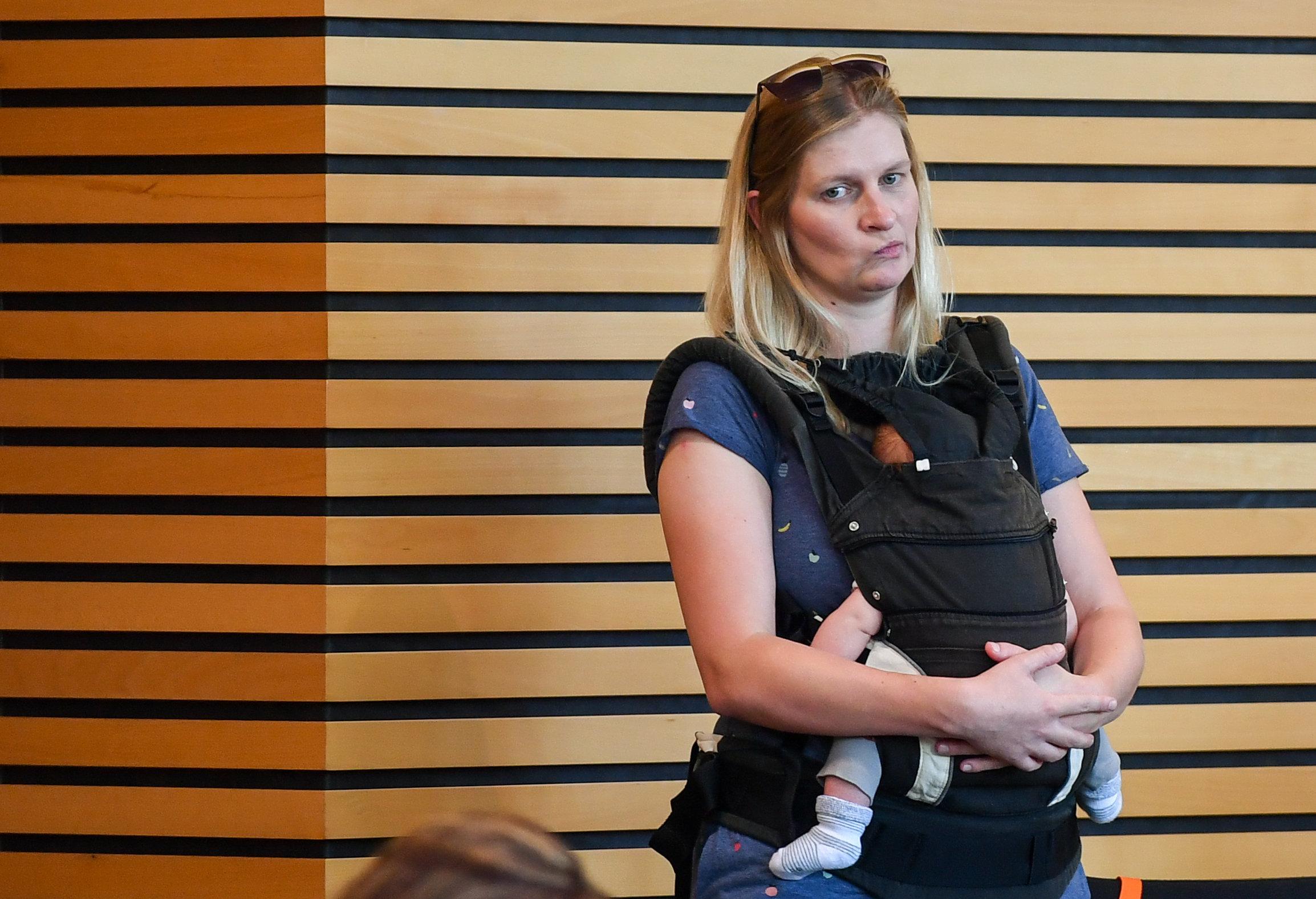 Thüringen: Grünen-Abgeordnete erscheint mit Baby –und wird aus dem Plenarsaal