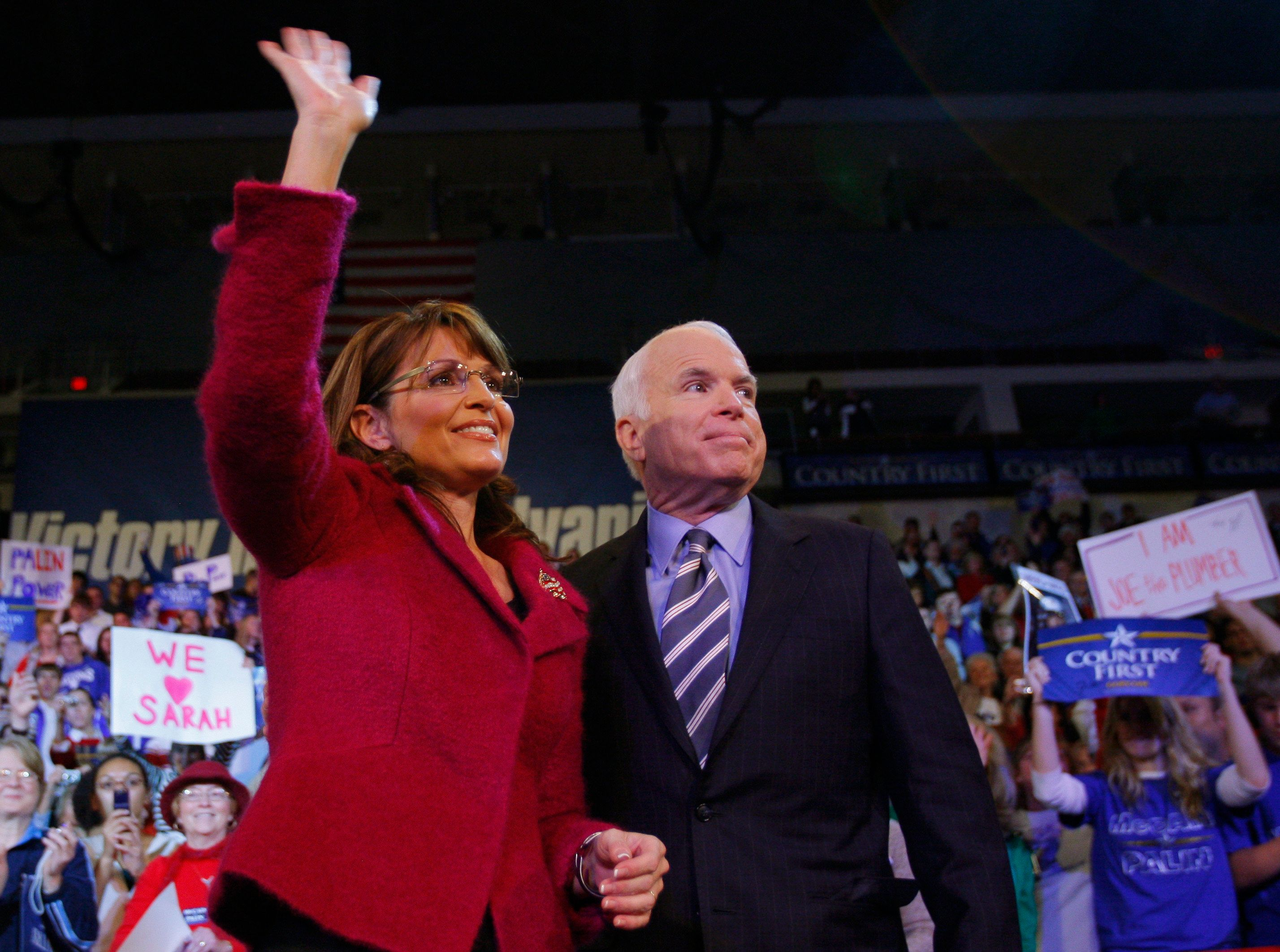 U.S. Republican vice-presidential nominee Alaska Governor Sarah Palin (L) and U.S. Republican presidential nominee Senator John McCain (R-AZ) stand onstage together at a campaign rally in Hershey, Pennsylvania October 28, 2008.   REUTERS/Brian Snyder    (UNITED STATES) US PRESIDENTIAL ELECTION CAMPAIGN 2008 (USA)