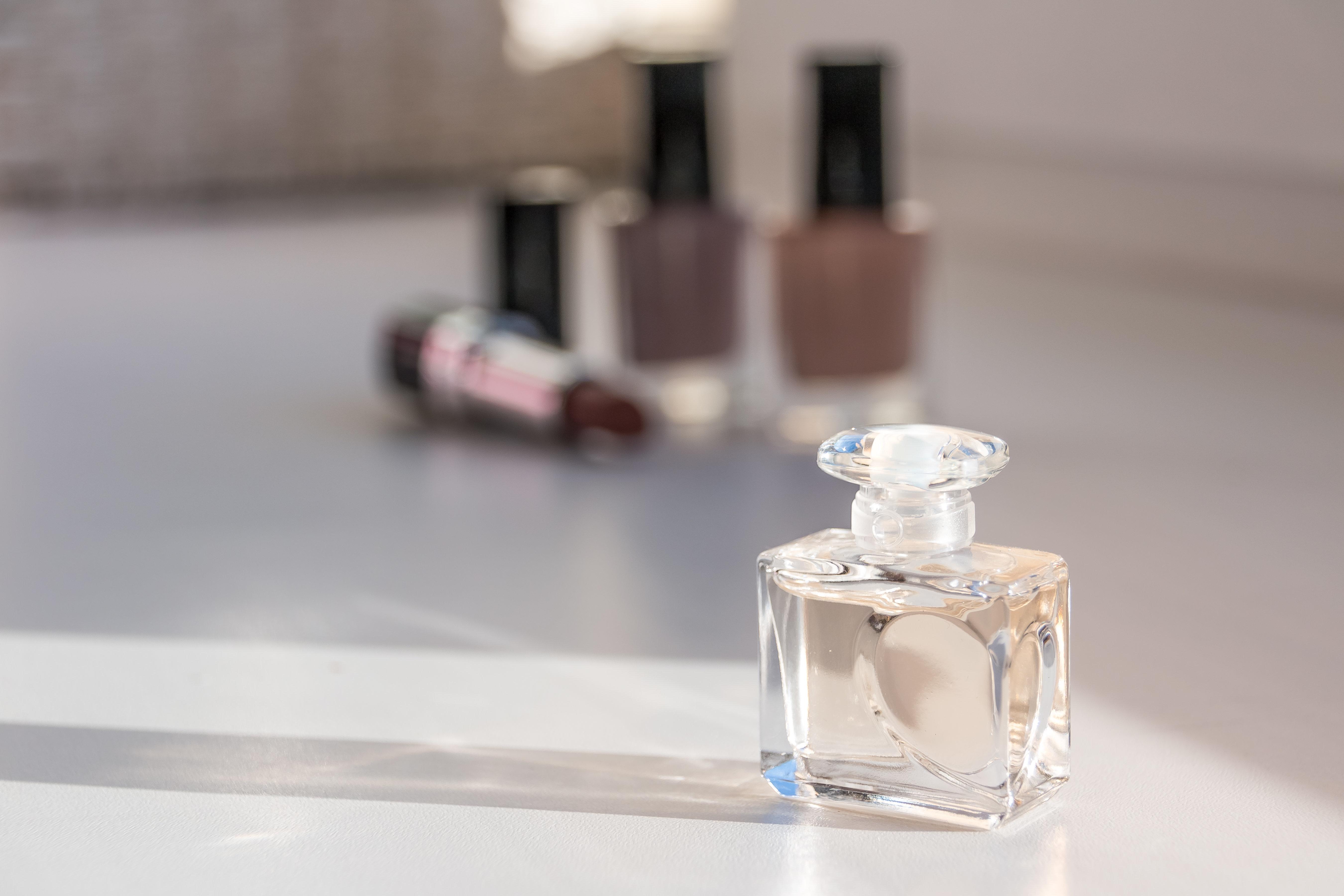Η τραγική ιστορία πίσω από το χαρακτηριστικό σχήμα στο μπουκαλάκι του αρώματος «N°5» της Chanel