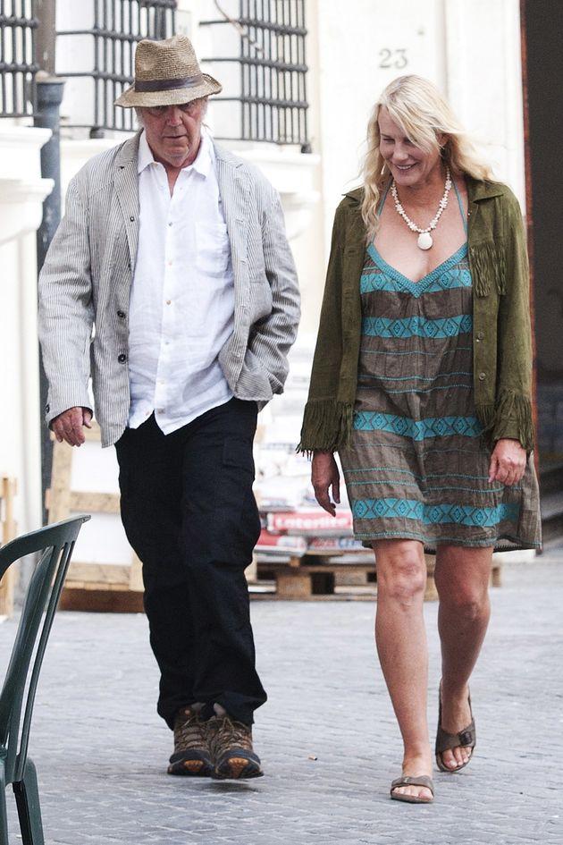 로커 닐 영과 배우 대릴 한나가 비밀리에 결혼했다는 보도가