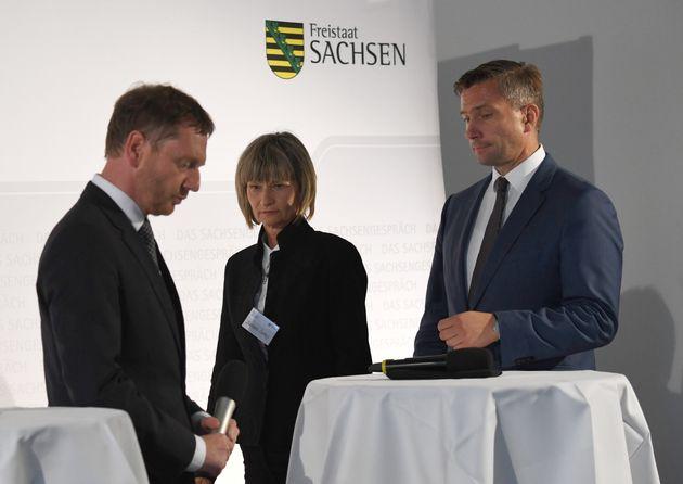Kretschmer (l.) beim Bürgerdialog in Chemnitz, neben OB Ludwig und Vize-Ministerpräsident Martin