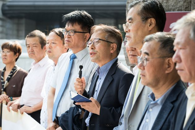 민주사회를 위한 변호사모임, 사단법인 긴급조치 사람들 회원들이 30일 서울 종로구 헌법재판소 앞에서 긴급조치 등 과거사 관련 헌법재판소 결정에 대한 입장을 발표하고