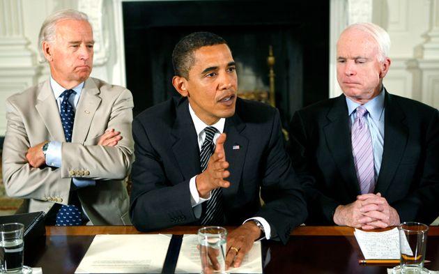 버락 오바마 대통령이 주최한 여야 회담에 참석한 조 바이든 부통령(왼쪽)과 존 매케인 상원의원(오른쪽)의 모습. 2009년