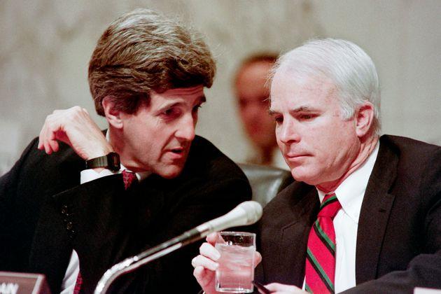 사진은 존 케리 전 국무장관이 상원의원(민주당, 메사추세츠)이던 시절 존 매케인과 대화를 나누는 모습. 1992년