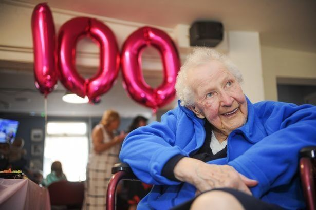 이 100세 할머니는 자신의 장수비결로 '경마'를
