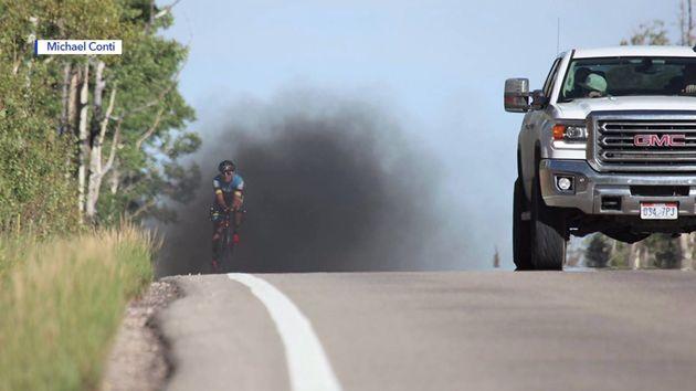 Ποδηλάτης τυλίγεται σε σύννεφο καπνού και γίνεται viral για το μήνυμα της
