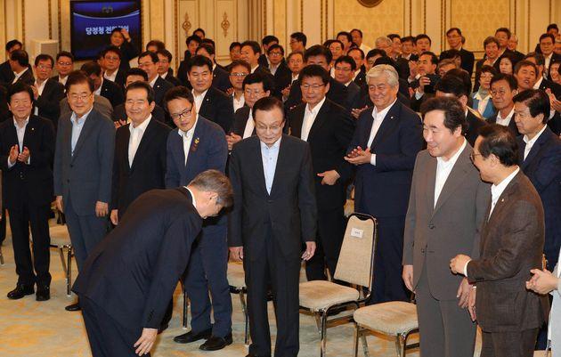 문재인 대통령이 1일 오전 더불어민주당 의원들과 정부부처 장관, 청와대 수석비서관 등 190여명이 모인 '당·정·청 전원회의'가 열린 청와대 영빈관에 입장해 인사하고 있다.