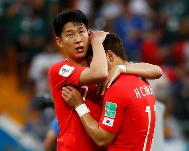 지난 6월 23일 2018 러시아 월드컵 멕시코와의 경기 후 황희찬을 감싸 안고 있는 손흥민.