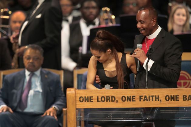 한 목사가 아레사 프랭클린의 장례식에서 아리아나 그란데를 성추행했다는 비난을