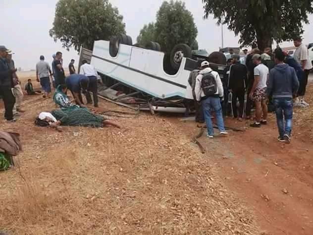 Trois morts et 37 blessés dans le renversement d'un véhicule près de