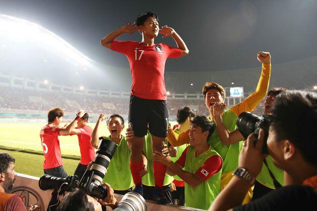 1일 오후 인도네시아 보고르 파칸사리 스타디움에서 열린 2018 자카르타·팔렘방 아시안게임 U-23 남자축구 결승전 대한민국과 일본의 경기에서 이승우가 선제골을 넣고 귀를...