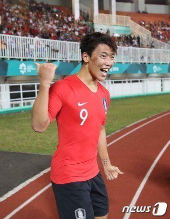 1일 오후 인도네시아 보고르 파칸사리 스타디움에서 열린 2018 자카르타·팔렘방 아시안게임 U-23 남자축구 결승전 대한민국과 일본의 경기에서 황희찬이 추가골을 넣고 환호하고