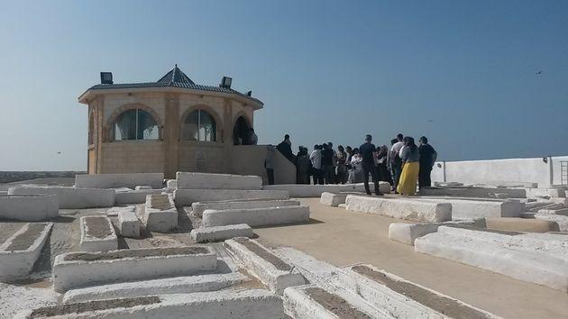 Des pèlerins devant le mausolée de Rabbi Haïm Pinto, dans le cimetière juif...