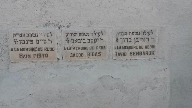 Plaques mémorielles apposées sur le mur du vieux cimetière juif