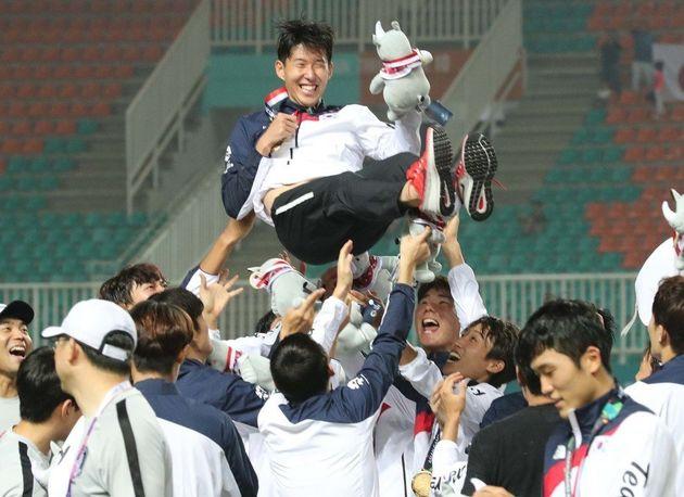 1일 저녁(현지시각) 인도네시아 보고르 치비농의 파칸사리 스타디움에서 열린 2018 자카르타·팔렘방 아시안게임 남자축구 결승전에서 일본을 2-1로 누르고 금메달을 딴 한국...