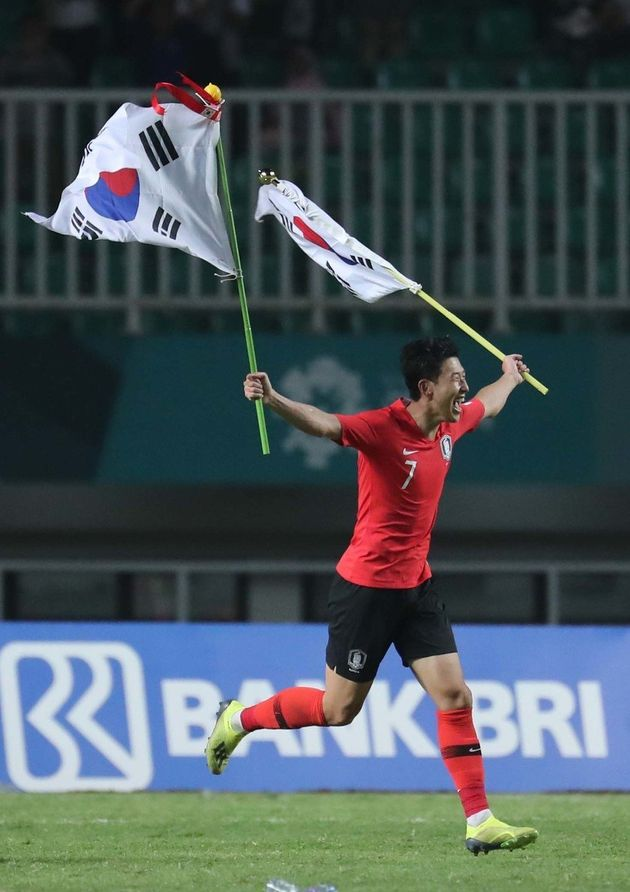 손흥민이 1일 저녁(현지시각) 인도네시아 보고르 치비농의 파칸사리 스타디움에서 열린 일본과의 2018 자카르타·팔렘방 아시안게임 남자축구 결승전에서 이긴 뒤 태극기를 들고...