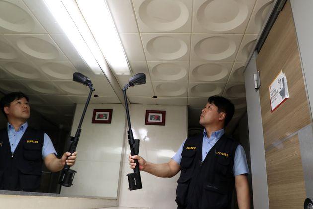 6월7일 오후 서울 중구의 한 건물 화장실에서 서울중부경찰서와 민간 보안업체 NSOK 직원들이 불법촬영(몰래카메라) 단속 및 점검을 하고