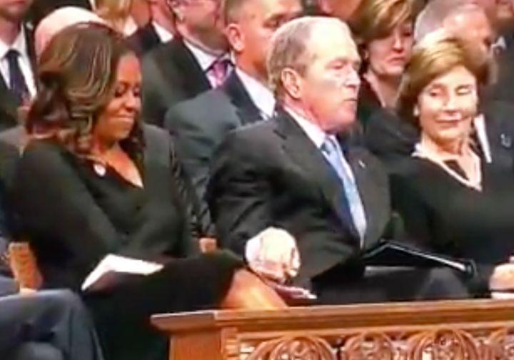 Michelle Obama und George W. Bush: Über diese Szene bei der Beerdigung von McCain sprechen die USA