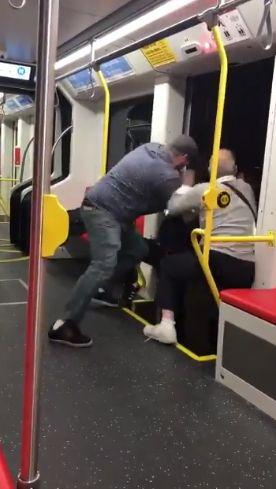 Männer wollen Jugendlichen gewaltsam aus der Bahn schmeißen – er hörte angeblich zu laut