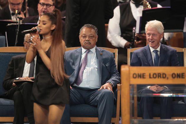 아리아나 그란데를 바라보는 빌 클린턴의 표정이 물의를
