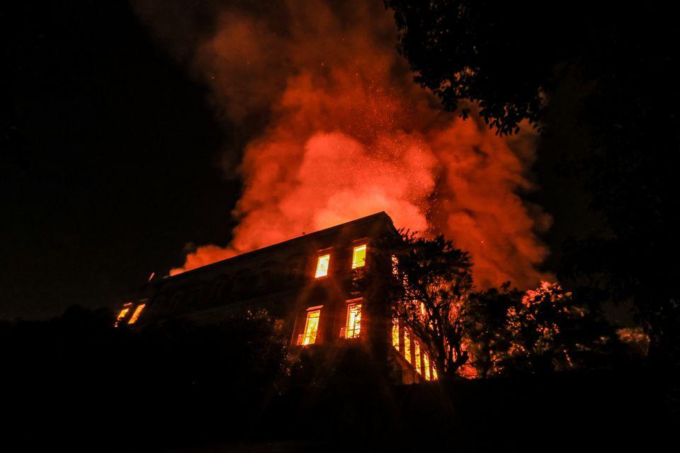 Μεγάλη φωτιά κατέστρεψε το Εθνικό Μουσείο του Ρίο ντε Τζανέιρο με τα 20 εκατ