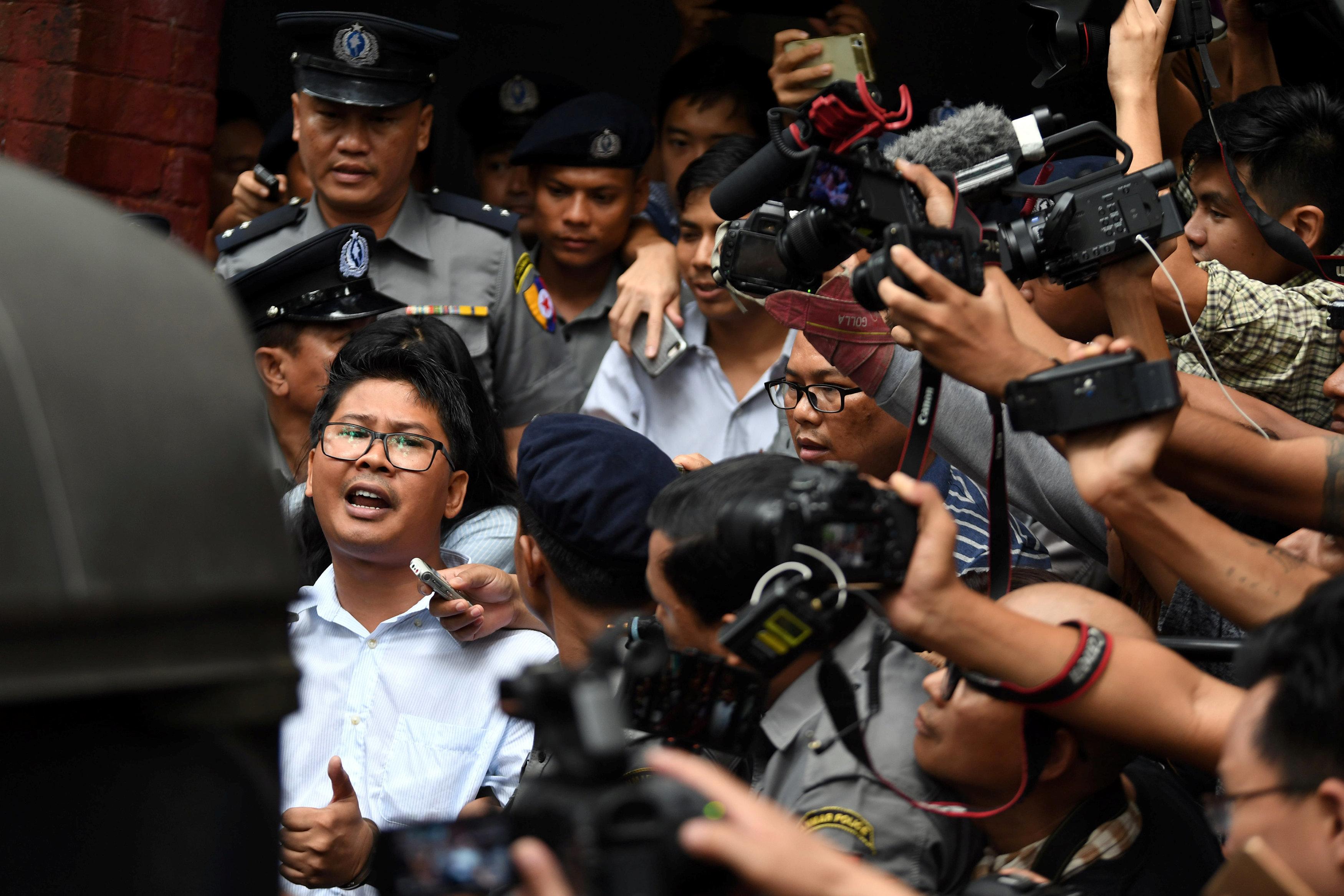 7 χρόνια φυλακή σε δημοσιογράφους του Reuters. Δικαστής στην Μιαμνάρ τους καταδίκασε επειδή έκαναν έρευνα για τη σφαγή των