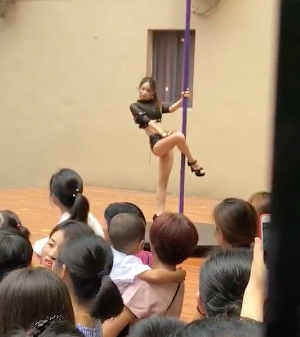 중국 어느 유치원이 폴댄서를 초청해 아이들을