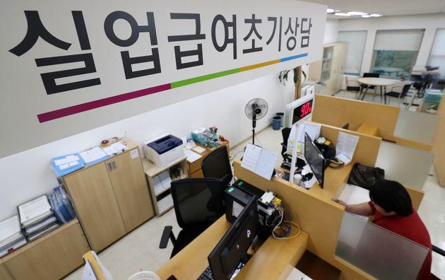 8월 17일 오후 서울 중구 고용노동부 서울고용노동청에서 구직자가 실업급여 상담을 받고