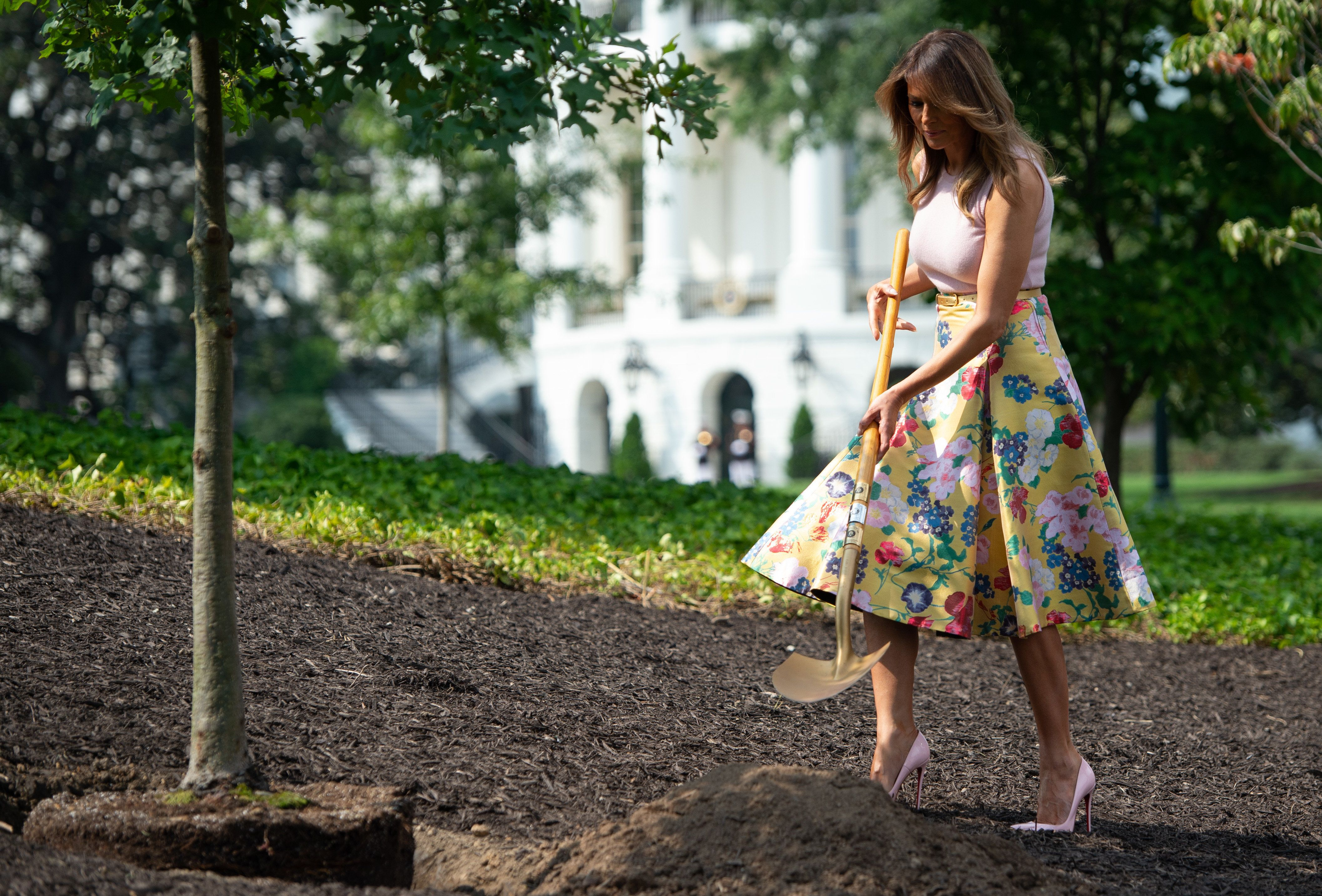 US First Lady Melania Trump participates in a tree planting ceremony of a sapling from the original Eisenhower Oak tree that was removed from the grounds last year, on the South Lawn of the White House in Washington, DC on August 27, 2018, (Photo by SAUL LOEB / AFP)        (Photo credit should read SAUL LOEB/AFP/Getty Images)