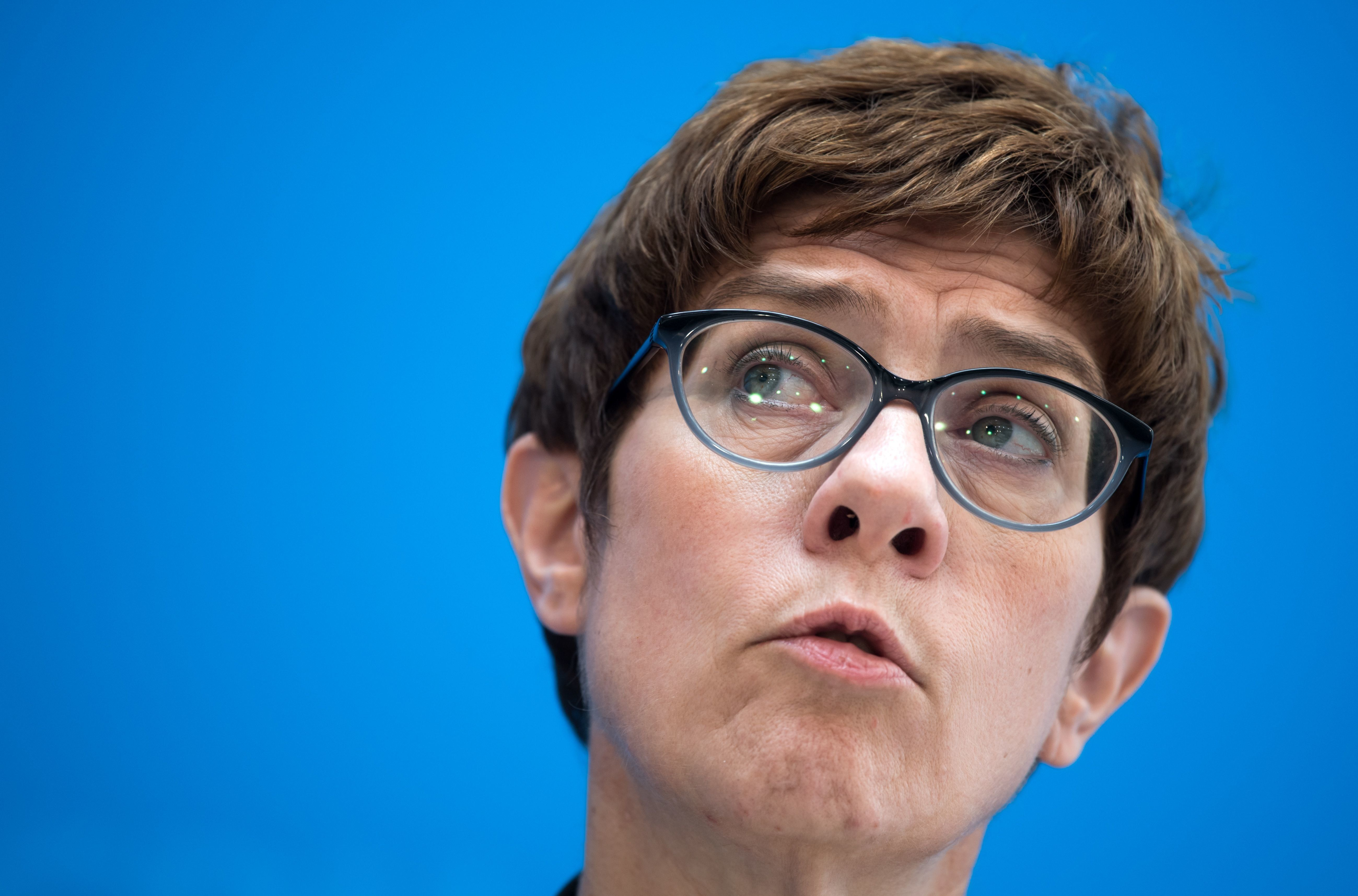 Streit um linke Band: Alter Tweet bringt Kramp-Karrenbauer in