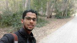 Muni de son PC et d'une carte de paiement électronique, ce jeune tunisien aide les enfants de son village à s'inscrire à l'éc...