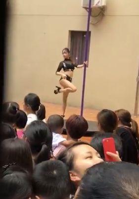 Kindergarten engagiert Erotik-Tänzerin für Feier –so unverschämt reagiert die