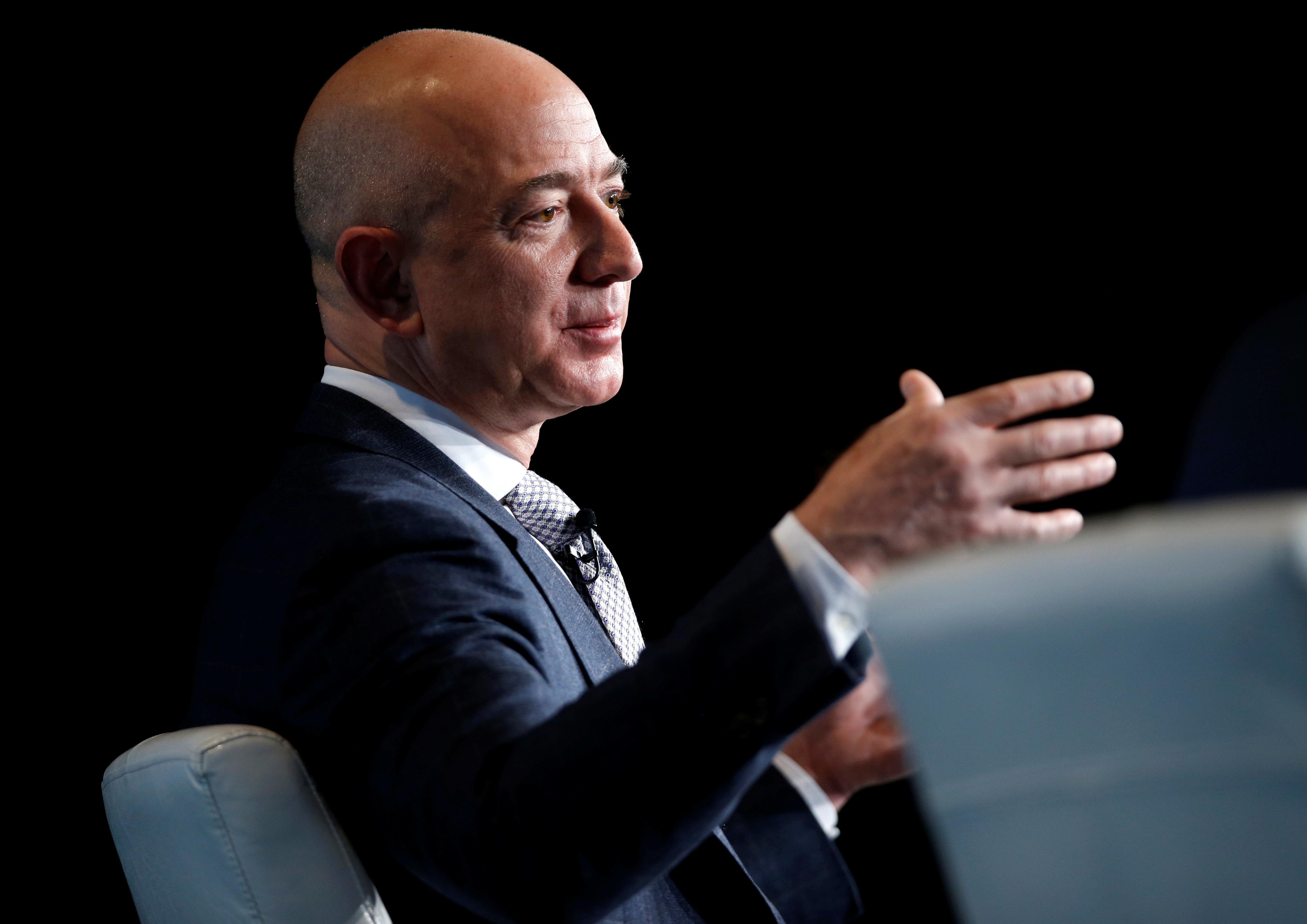 Πώς ο ιδρυτής της Amazon έγινε ο πλουσιότερος άνθρωπος στον κόσμο και η αξία της εταιρείας του ξεπέρασε το 1 τρισ. δολάρια