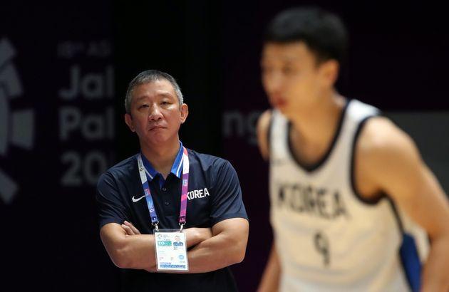 2018 자카르타- 팔렘방 아시안게임 남자농구 동메달 결정전 대한민국과 대만의 경기에서 허재 감독의 아들인 허웅의 경기를 지켜보고
