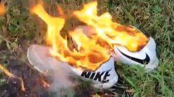사람들이 나이키 신발을 불에 태우고 있는